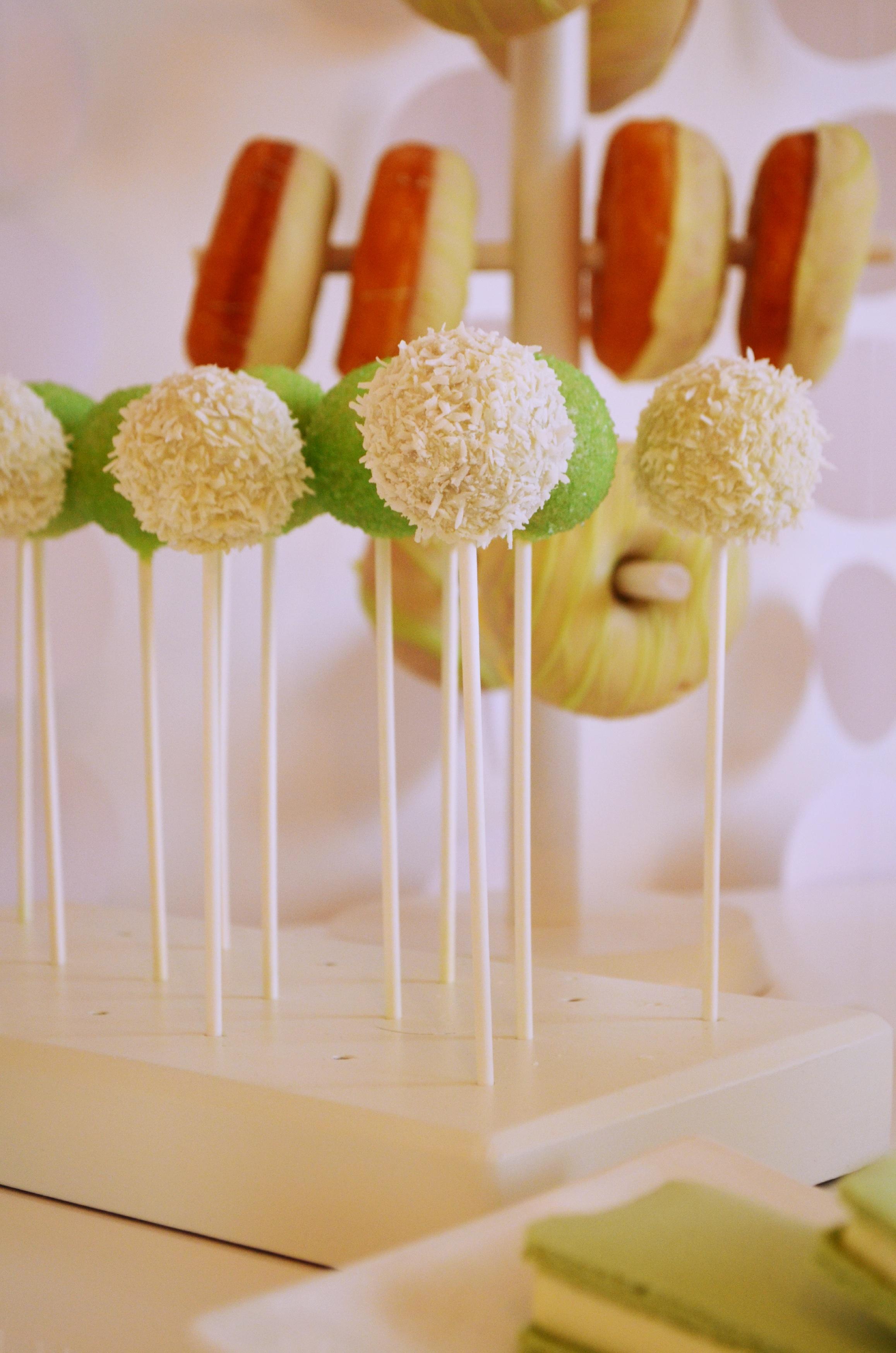 cake pops mit streuseln und kokosflocken. Black Bedroom Furniture Sets. Home Design Ideas