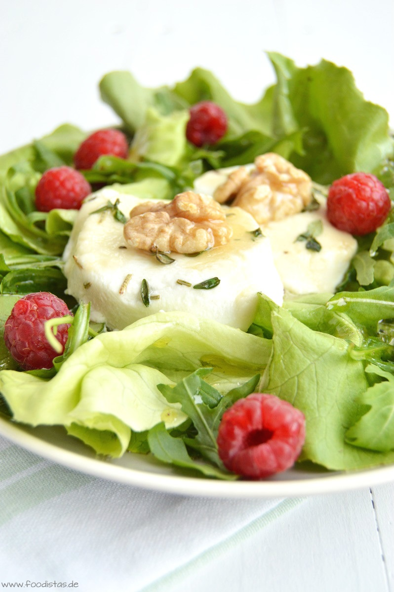 Grüner Salat mit honigglasiertem Ziegenkäse › foodistas.de