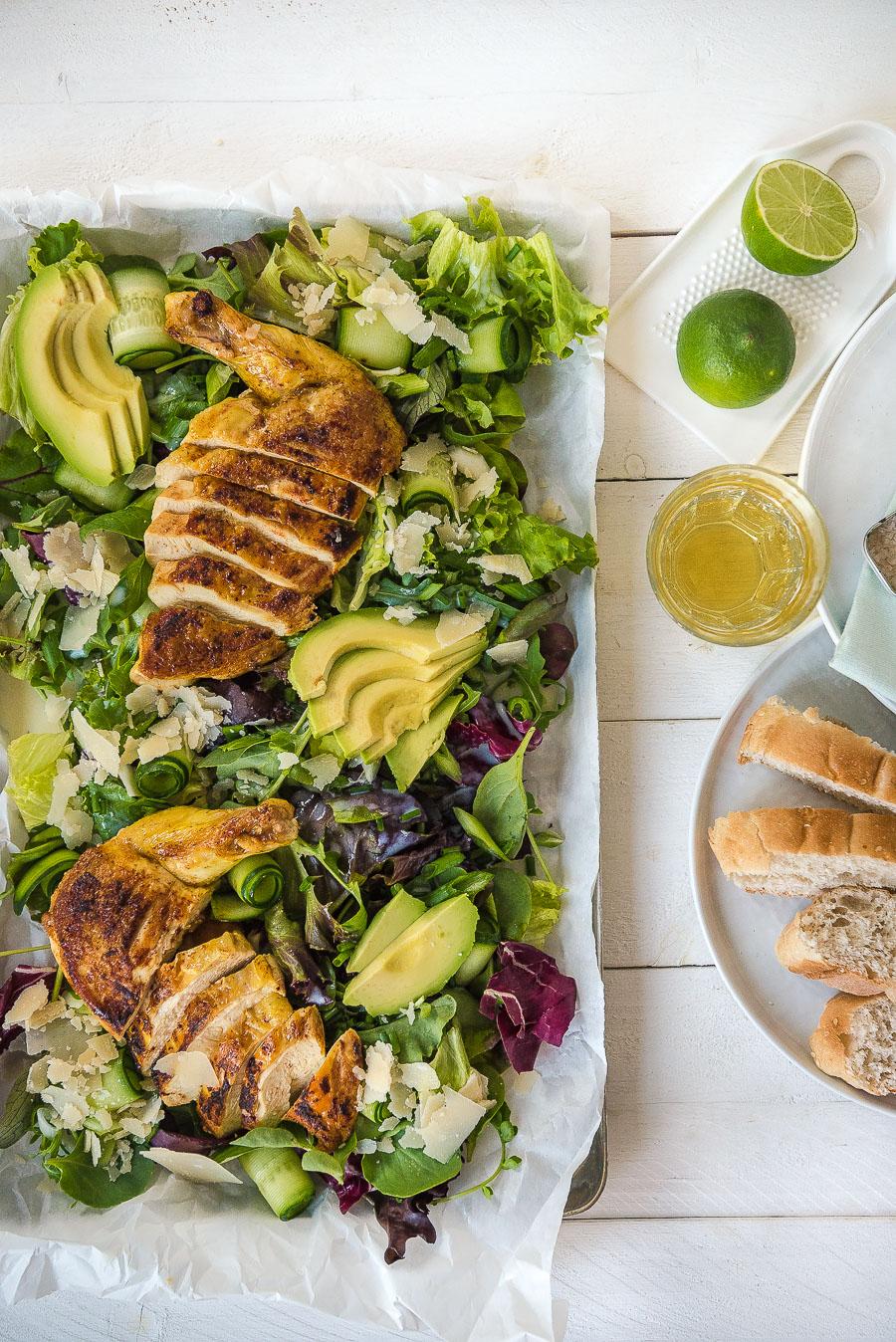 Grüner Salat mit Maishähnchen, gesunder Sommersalat mit Avocado ...